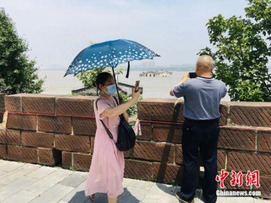 游客前来拍照打卡 马芙蓉 摄
