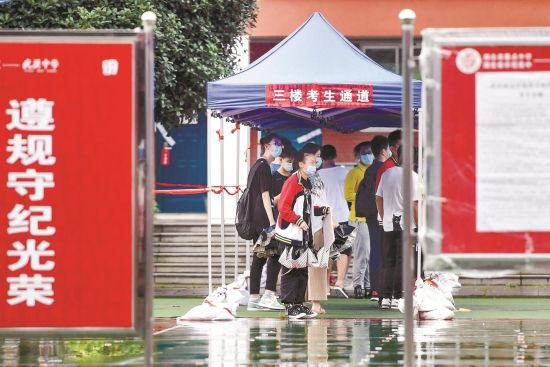 昨日,武汉中学考点,考生提前看考场。楚天都市报记者黄士峰摄