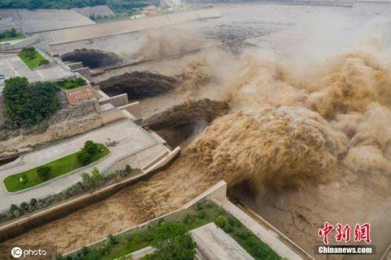 资料图:7月9日,河南省洛阳市,黄河小浪底开始排沙后,携带大量泥沙的混浊水流从排沙洞奔腾而出,再现黄河之水天上来的美景。图片来源:IC photo