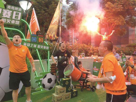 荆楚球迷在武汉隔空加油