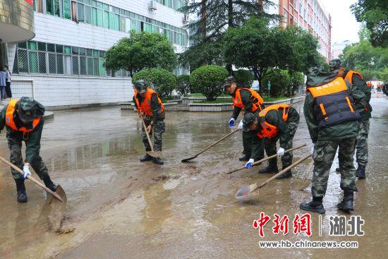 开展排涝清淤工作