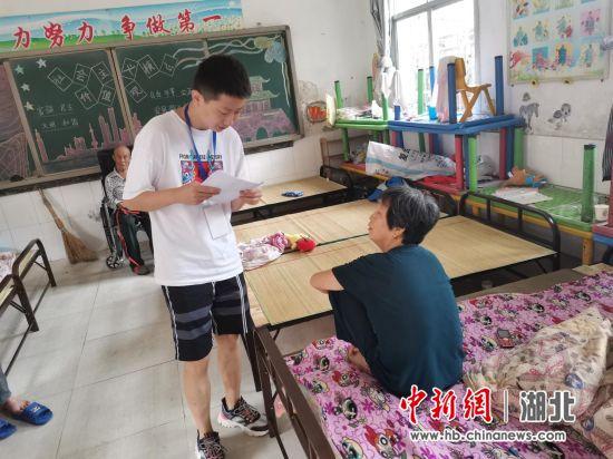 姜文(左)与村民核对相关信息
