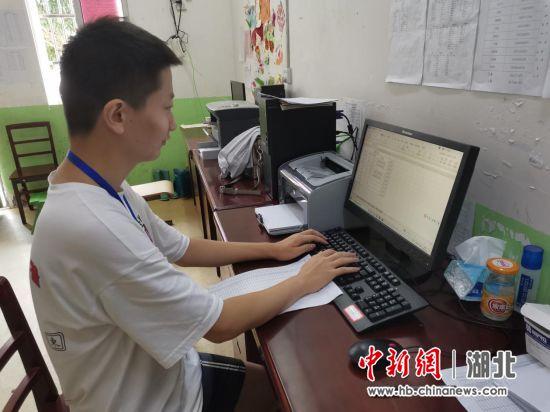 姜文正在整理登记安置点群众信息