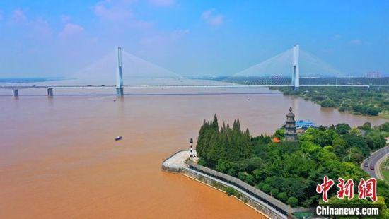 8月1日,长江洪水已平稳通过荆江。 中新社发 周星亮 摄
