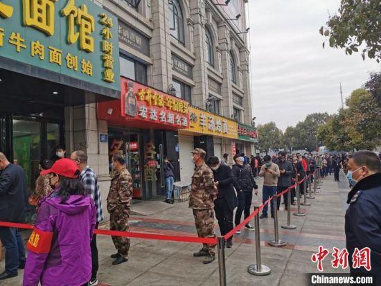 3月16日,停业近2个月的襄阳牛肉面馆恢复营业,市民排长龙购买(资料图) 胡传林 摄
