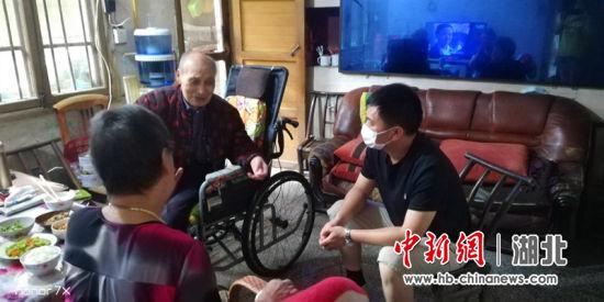 """""""尖刀班""""为百岁老人送生活用水 徐斐鸿供图"""