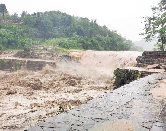 松滋:400多年历史古坝被洪水冲毁 将恢复重建