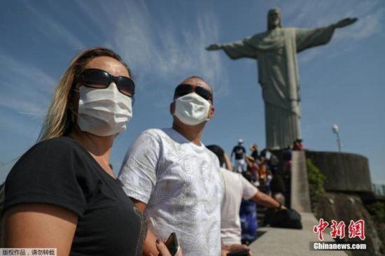 当地时间8月15日,巴西里约热内卢旅游景点重新开放,游客佩戴口罩参观。