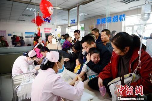 资料图:流感高发期,医院儿童患者增多。中新社记者 刘文华 摄