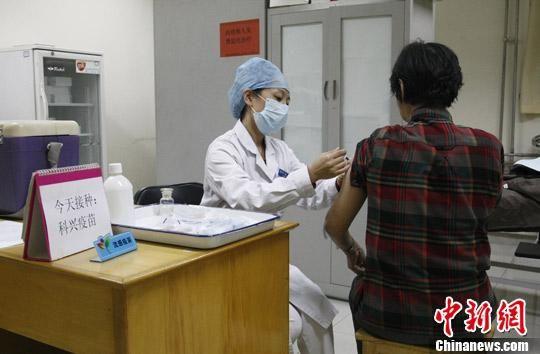 资料图:民众接种流感疫苗。中新社发 张家瑞 摄