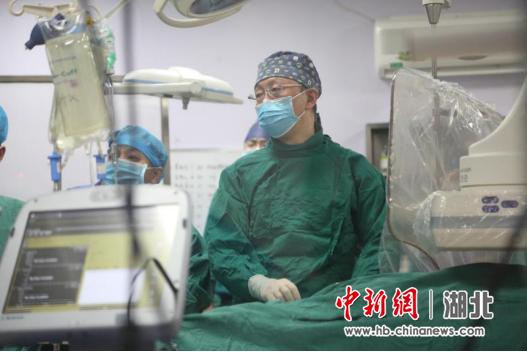 苏��教授正在进行Micra无导线起搏器植入手术
