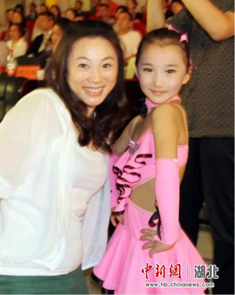 2010年6月19日,范红华陪女儿参加中国体育舞蹈公开赛(武汉站)
