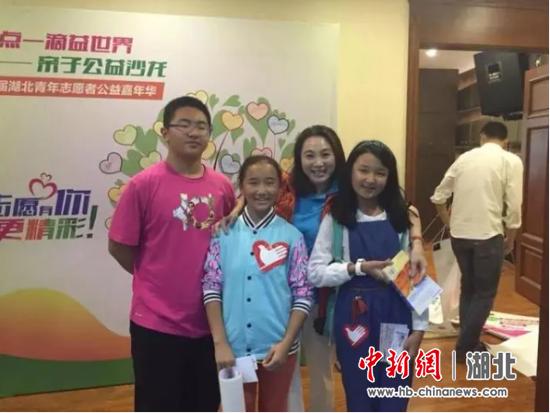 2014年10月27日,范红华带孩子们参加首届湖北省志愿者公益嘉年华