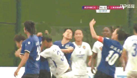 卡米拉情绪失控,击打江大女足球员