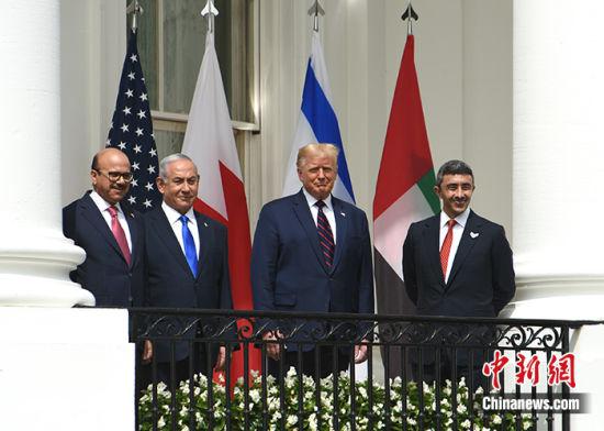 当地时间9月15日,以色列与阿联酋、巴林在美国首都华盛顿签署关系正常化协议。图为巴林外交大臣扎耶尼、以色列总理内塔尼亚胡、美国总统特朗普、阿联酋外交与国际合作部长阿卜杜拉(左至右)在白宫出席协议签署仪式。 中新社记者 陈孟统 摄