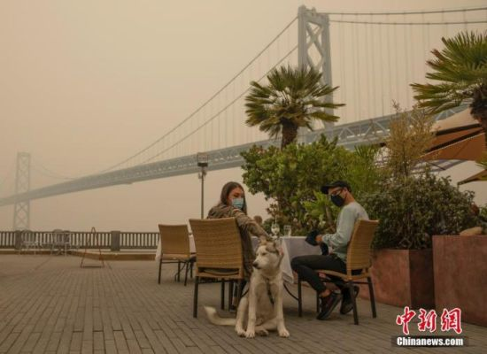 """当地时间9月10日,美国加州旧金山空气质量不佳。当日,旧金山湾区的空气质量进一步恶化,旧金山大部分地区和湾区其他地区的空气质量处于""""不健康""""水平。中新社记者 刘关关 摄"""