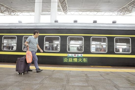 """两列""""慢火车""""穿行大别山区 便民火车24年不涨价"""