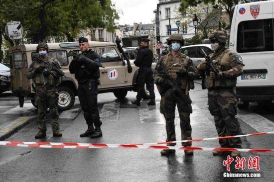 当地时间9月25日,法国首都巴黎发生持刀袭击事件。袭击发生于巴黎十一区的《查理周刊》总部原址附近。图为袭击事件现场戒备森严,法国防暴警察和宪兵持枪巡逻。 中新社记者 李洋 摄