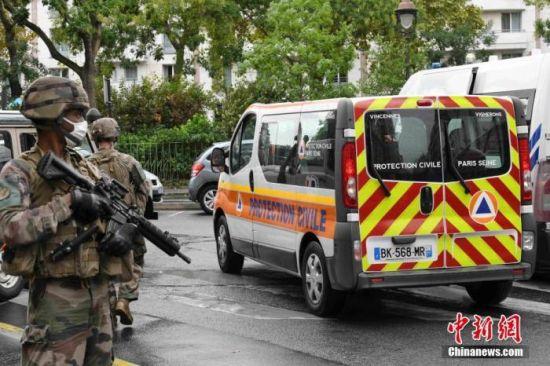 当地时间9月25日,法国首都巴黎发生持刀袭击事件。图为袭击事件现场戒备森严,法国防暴警察和宪兵持枪巡逻。 中新社记者 李洋 摄