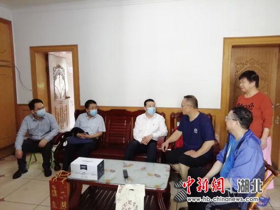 湖北省委常委、统战部部长尔肯江・吐拉洪走访结对帮扶困难家庭