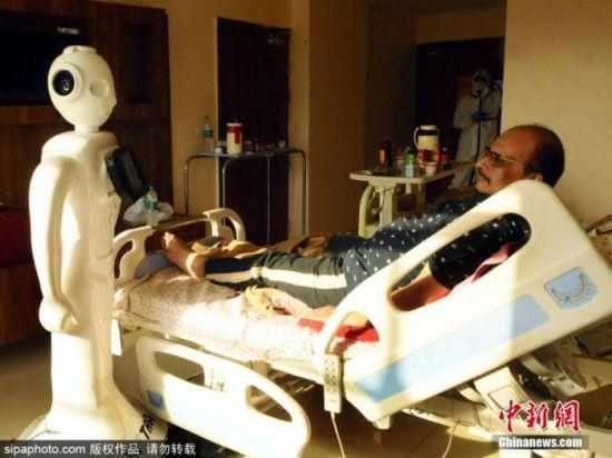当地时间9月28日,印度诺伊达,印度北方邦(Uttar Pradesh)的Yathartha医院用机器人帮助患者与外界联系。图片来源:Sipaphoto 版权作品 请勿转载