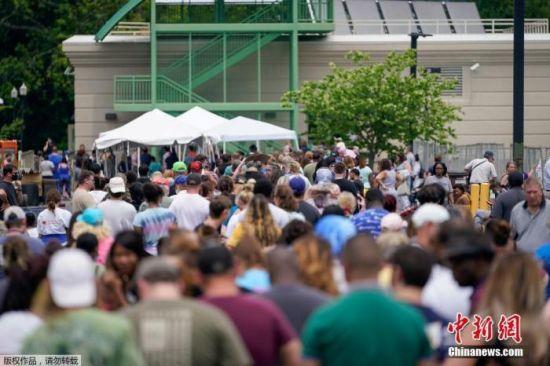 资料图:当地时间6月17日,美国肯塔基州国会大楼外,上千名在疫情期间失业的美国民众在此排队等候进入大楼。