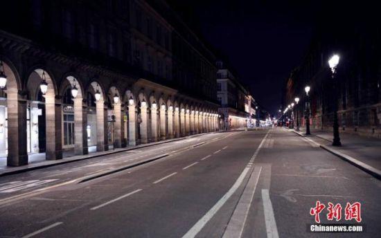 图为宵禁中的法国巴黎里沃利大街。 中新社记者 李洋 摄
