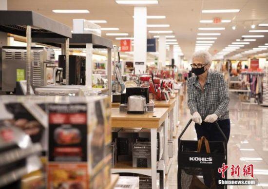 当地时间9月5日,美国旧金山湾区市民在圣马特奥县一家商场购物。中新社记者 刘关关 摄