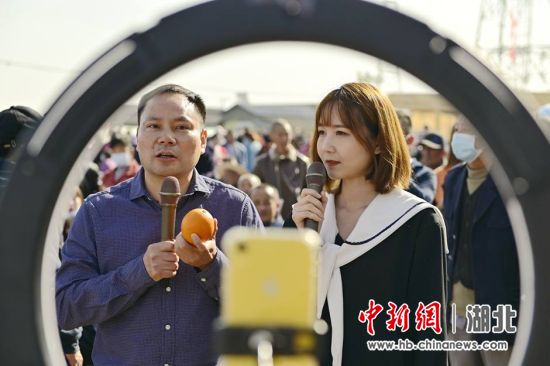 线上直播销售 刘康 摄