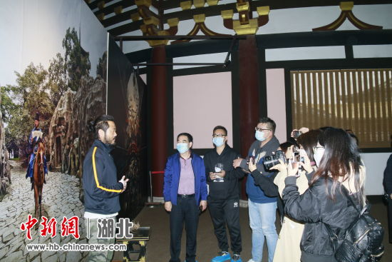 海峡两岸媒体记者对唐城影视基地演员进行采访 崔有理 摄