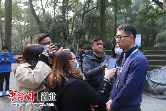 海峡两岸媒体记者采访古隆中景区文宣负责人刘兴 崔有理 摄