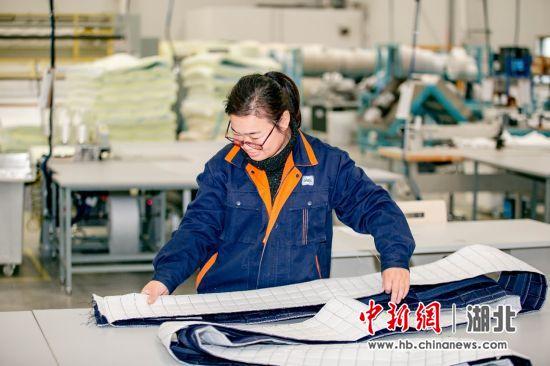丝涟中国武汉工厂井然有序地进行各项工作