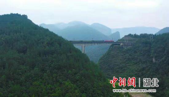 宜万铁路开通十周年 陈龙摄