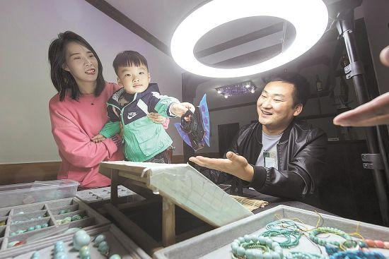 十堰市郧西县涧池乡下营村贫困户王江回乡创业脱贫,在村里自购了住房。一家人安居乐业,其乐融融。