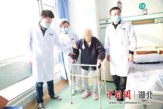 老人术后逐步恢复健康 龚波 摄