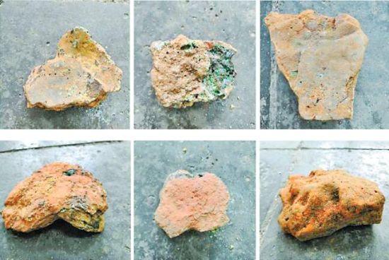 发掘出的铸铜遗物,上排为铜渣流面(正面),下排为炉壁面(反面)。