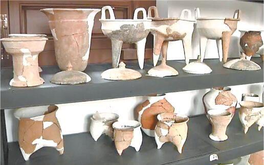 发掘出的陶器。