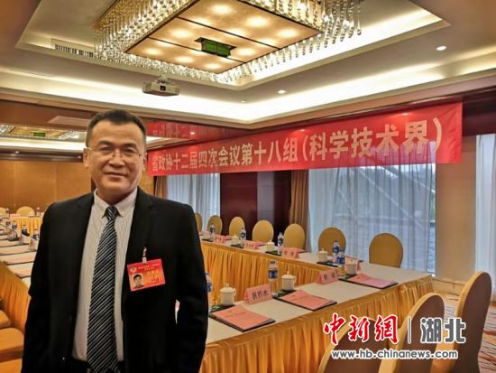 图为湖北省政协委员、武汉工程大学图书馆馆长孙先明