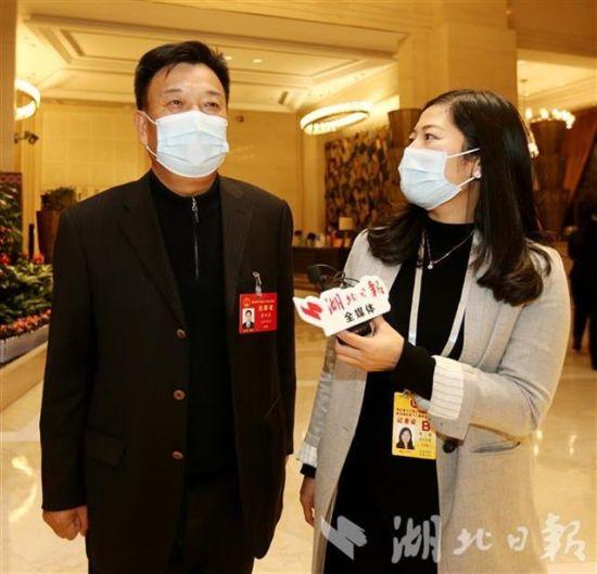 李万清(左)在接受采访。(湖北日报全媒记者 张鸿摄)
