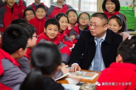 隆中名校长齐光伟与学生们在一起