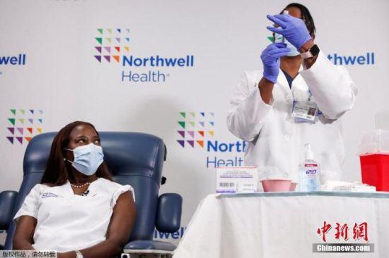 当地时间2021年1月4日,美国纽约,护士桑德拉・林赛在长岛犹太医院接种新冠病毒疫苗第二针。
