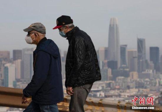 当地时间1月1日,美国加州旧金山市民在一处公园休闲。