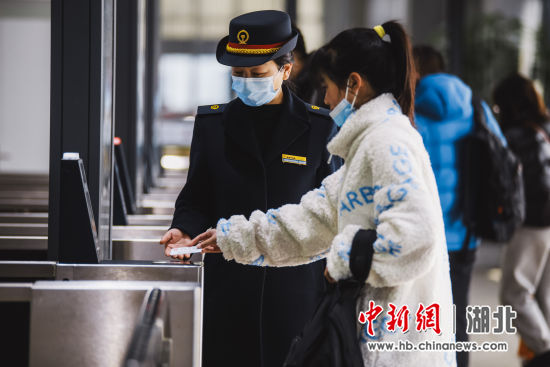 旅客在宜昌东站工作人员的引导下刷脸进站 夏和源 摄