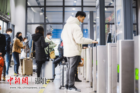 宜昌东站旅客进站时情景 夏和源 摄