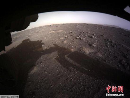 """图为由""""毅力号""""避险摄像头(Hazcams)发回的火星高清彩色照片。"""