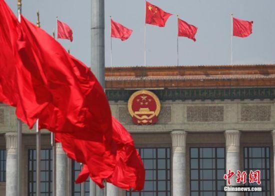 资料图:天安门广场上红旗飘扬。 中新社记者 杜洋 摄