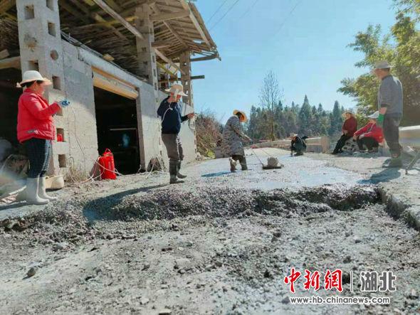 下塘坝村村民自发修整道路铺设水泥进行硬化 李卉供图