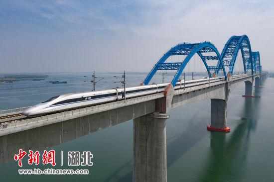 由汉口站始发的G6813次高速列车 杨东 摄