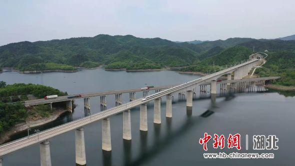 图为汉十高铁动车组在丹江口水库上飞驰(赵连斗 摄)