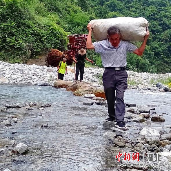 新塘乡尖刀班帮助易迁户搬家 邹明镇供图